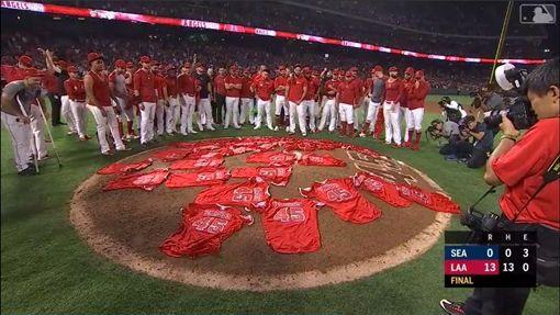 ▲紀念史蓋格斯(Tyler Skaggs)這一夜,天使2投手演出無安打比賽,賽後球員把球衣鋪滿投手丘。(圖/翻攝自MLB官網)