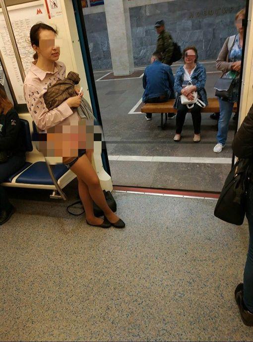 她求讓位遭拒 怒撩裙脫內褲露下體(翻攝自臉書)