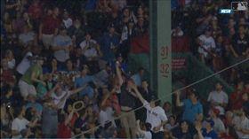 ▲球迷徒手接殺界外球。(圖/翻攝自MLB官網)
