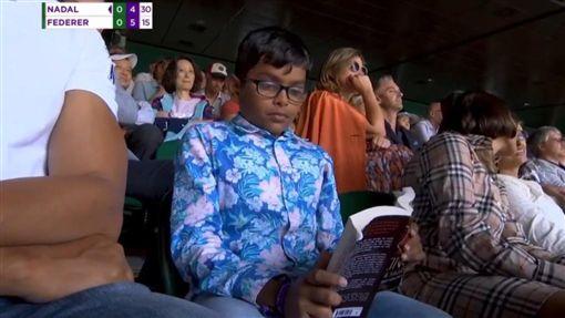 ▲費德勒、納達爾溫網大戰,小球迷竟在場內看書。(圖/翻攝自推特)