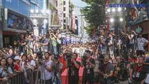 劉德華與導演邱禮濤出席電影《掃毒2 天地對決》西門町封街粉絲會,現場粉絲眾多。(記者林士傑/攝影)