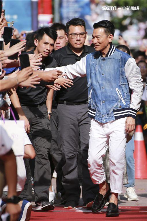 劉德華走向封街紅毯,對兩旁粉絲握手。(圖/記者林士傑攝影)