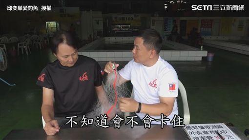 ▲達人邱社長實測用勾勾纏網捕蝦。(圖/邱奕榮愛釣魚 授權)
