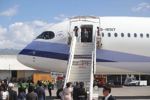 蔡總統抵達海地(1)總統蔡英文(上中)訪問加勒比海友邦,13日(當地時間)抵達海地共和國,海地總統摩伊士(Jovenel Moise)(下中)在機場舉行歡迎儀式迎接。中央社記者張新偉太子港攝 108年7月14日