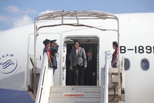 蔡總統抵達海地(2)總統蔡英文(中)訪問加勒比海友邦,13日(當地時間)抵達海地共和國太子港機場,海地總統摩伊士(Jovenel Moise)在機場舉行歡迎儀式迎接。中央社記者張新偉太子港攝 108年7月14日