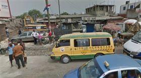 非洲街頭驚見「台中縣娃娃車」 他滑Google街景傻眼:怎麼進口的(圖/臉書「爆廢公社二館」