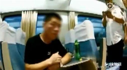 大陸黑龍江一名51歲劉姓男子,日前搭高鐵時,看到一名年輕貌美的女乘客,他起了色心上前搭訕,還趁機偷摸對方的大腿和下體。女乘客氣得報警處理,沒想到劉男竟辯該名乘客是他的「乾女兒」。最後劉男自知難逃法網,坦承犯行,被警方處以行拘10天。(圖/翻攝自秒拍)
