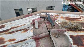 台北市卓姓工人施作漏水工程時,竟在屋頂發現1把改造手槍及子彈(翻攝畫面)