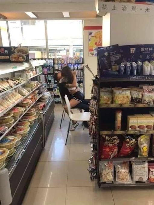 小情侶在便利商店「女上男下」擁吻。(圖/翻攝自爆廢公社) ID-2019362