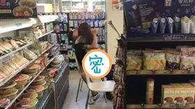 小情侶在便利商店「女上男下」擁吻。(圖/翻攝自爆廢公社)