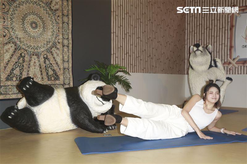 阿喜參觀「動物也瘋狂朝隈俊男的Animal Life」展覽。(記者林士傑/攝影)