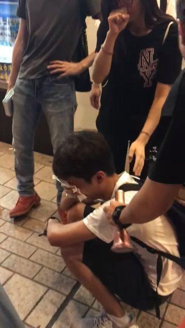 沙田,商場,學生暈倒,急救員當場落淚痛哭。翻攝自臉書Resistance Live Media