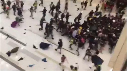 反送中再爆流血衝突 港警闖私人商場逮人(圖/翻攝自大紀元)