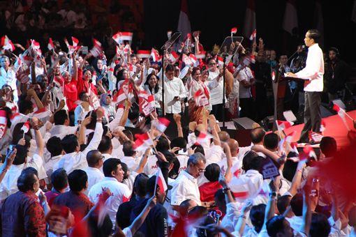 印尼總統佐科威誓言徹底改革官僚體系,發展印尼人力資源,排除外資投資障礙,獲得民眾熱烈迴響。