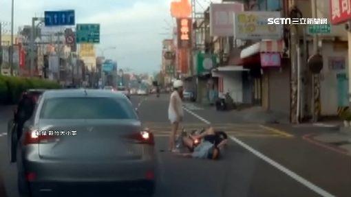 後座男友爛醉睡死!女騎士失重心衰撞轎車