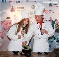 錢小豪與貝可儀進行冷麵製作教學。(記者邱榮吉/攝影)