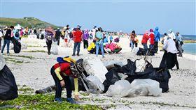 澎湖海陸淨灘(1)澎湖岸際的海漂廢棄物數量驚人,22日當地3200多名民眾總動員,頂著高溫在各岸際淨灘,讓海灣恢復原本美麗的面貌。中央社 108年6月22日