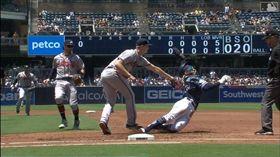 ▲小塔提斯(Fernando Tatis Jr.)超神下腰閃過觸殺。(圖/翻攝自MLB官網)