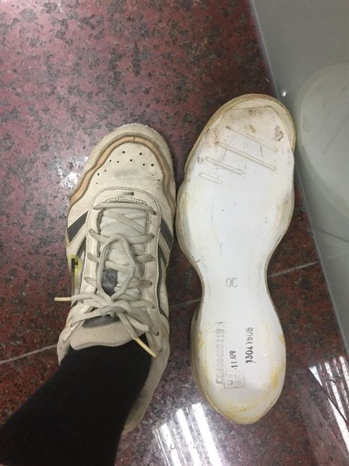 找到10年前潮鞋!男一穿竟鬧區分手(圖/翻攝自臉書爆怨公社)