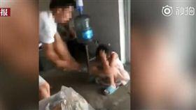 中國大陸,狠父殘忍暴打兒女(圖/翻攝自南國早報微博)