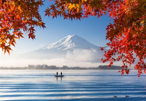 圖3-(S)shutterstock_227582287(Autumn Season and Mountain Fuji with morning fog and red leaves at lake Kawaguchiko, Japan).jpg