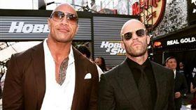 美國時間13日晚間在洛杉磯舉辦了《玩命關頭:特別行動》全球首映會,邀請了所有電影中的主要角色一同觀賞,包含巨石強森與傑森史塔森(Jason Statham)等人入院欣賞 微博