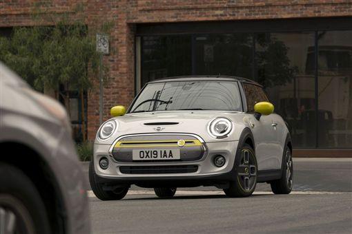 ▲BMW首款量產電動車Mini Cooper SE。(圖/翻攝網站)