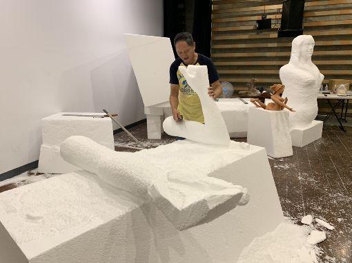 陶博館泥巴藝術季登場(3)新北市立鶯歌陶瓷博物館舉辦「2019夏日泥巴藝術季」,展出8件大型泥雕創作。藝術家游忠平作品「我愛超級美人魚」利用保麗龍進行雕刻、鋼條固定,最後才用泥巴製作表面,耗時一個多月才完成。中央社記者葉臻攝  108年7月16日