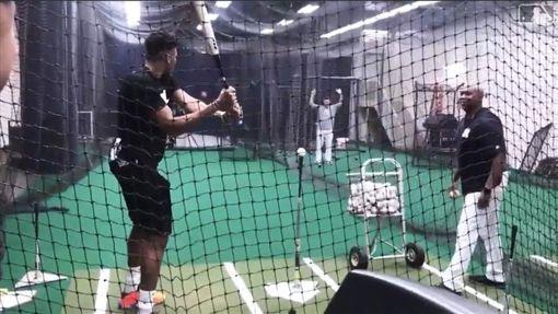 ▲『字母哥』安戴托昆波(Giannis Antetokounmpo)洋基球場練打。(圖/翻攝自MLB官網)