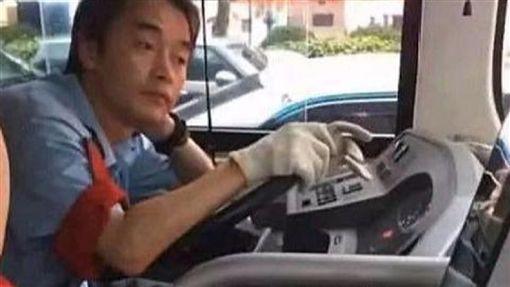 大陸,公車司機神似張國榮(圖/翻攝自微博)