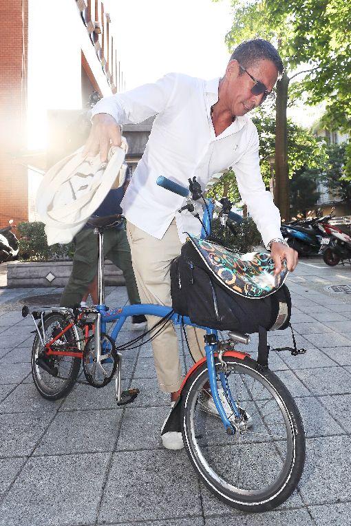 鈕承澤騎腳踏車離開北院(2)導演鈕承澤涉嫌性侵劇組女工作人員,被依強制性交罪嫌起訴,台北地方法院16日下午開庭,鈕承澤出庭後騎著腳踏車離開。中央社記者吳翊寧攝  108年7月16日