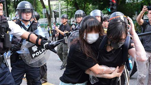 反送中遍地開  光復上水遊行爆零星衝突由香港網民發起的「光復上水」遊行,13日傍晚爆發零星衝突,警方逮捕數名示威人士;主辦方稱有3萬人參與,警方表示最高峰4千人。圖為鎮暴女警拉扯撤退的女示威者背包。(取自香港獨立媒體網)中央社 108年7月13日