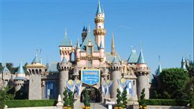 迪士尼樂園是許多大人小孩的最愛,去到迪士尼就好像處在童話國度一般,因為樂園裡的員工也都非常親切,對遊客總是充滿笑臉,但你知道員工一張張的笑臉背後藏著多少辛酸嗎?迪士尼樂園的繼承人阿比蓋爾‧迪士尼(Abigail Disney)(圖/翻攝自prime time shuttle)