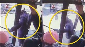 老人緩慢下公車被門夾住 司機搶快開車...他慘被後輪輾斃(圖/梨視頻)