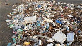 台南海岸突現大量垃圾  疑隨海洋潮流漂來(1)台南市南區四鯤鯓海岸16日被發現大量垃圾,多是一次性的生活垃圾,引起關注;台南市政府環保局推測這些垃圾可能是隨著海洋潮流漂而來。(晃瑞光提供)中央社記者張榮祥台南傳真  108年7月17日