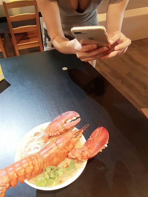 波士頓龍蝦,麵線,亮點,事業線,雪乳,爆廢公社公開版 圖/翻攝自爆廢公社公開版
