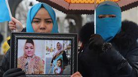我也是維吾爾人伊斯坦堡抗議集會(7)旅土耳其維吾爾人23日在伊斯坦堡展開「#我也是維吾爾人#我也是東突厥斯坦人」集會,抗議中國在新疆推動集中營、結對認親與漢化等不人道政策。中央社記者何宏儒伊斯坦堡攝 108年2月23日