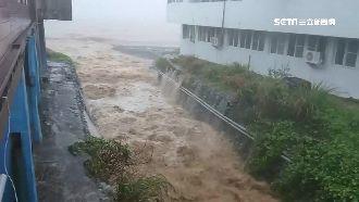 丹娜絲雨勢超有感!蘭嶼驚現泥沙瀑布