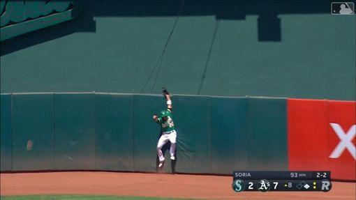 ▲運動家中外野手羅瑞亞諾(Ramon Laureano)美技沒收全壘打。(圖/翻攝自MLB官網)