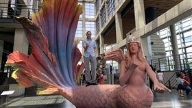 陶博館泥巴藝術季開跑 4尺高美人魚能載客新北市立鶯歌陶瓷博物館舉辦「2019夏日泥巴藝術季」,展出8件大型泥雕創作。圖為藝術家游忠平(中)的作品「我愛超級美人魚」,高達4米,可讓民眾乘坐。中央社記者葉臻攝 108年7月16日