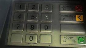 提款機,密碼,數字,按鍵,6,退色,掉漆,爆廢公社二館 圖/翻攝自臉書爆廢公社二館