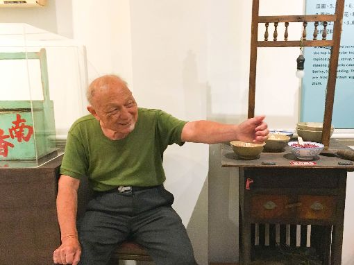 手工銼刀剉冰達人分享半世紀食涼見聞迪化二0七博物館在炎炎夏日推出特展「食涼–夏日的滋味」,特別邀請高齡84歲、北市僅存的手工銼刀剉冰達人高伯伯,分享從新台幣1元賣到45元的台灣剉冰史。中央社實習記者簡毅慧攝 108年7月18日
