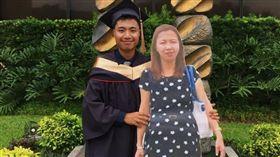 (16:9)菲律賓,紙板,媽媽,畢業典禮,推特(圖/翻攝自Paulo John推特)