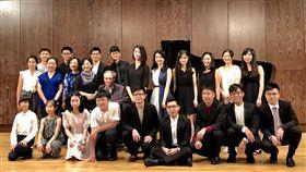 葉綠娜魏樂富領軍  44名鋼琴家詮釋巴赫經典鋼琴家伉儷葉綠娜(2排左4)與魏樂富(2排左5)策劃「向巴赫致敬」系列鋼琴音樂會,12場音樂會匯集44名台灣三代演奏家,除向巴赫致敬,也透過匯演形式集結年輕演奏家互相切磋,也能精進大家的琴藝。中央社記者洪健倫攝  108年7月18日
