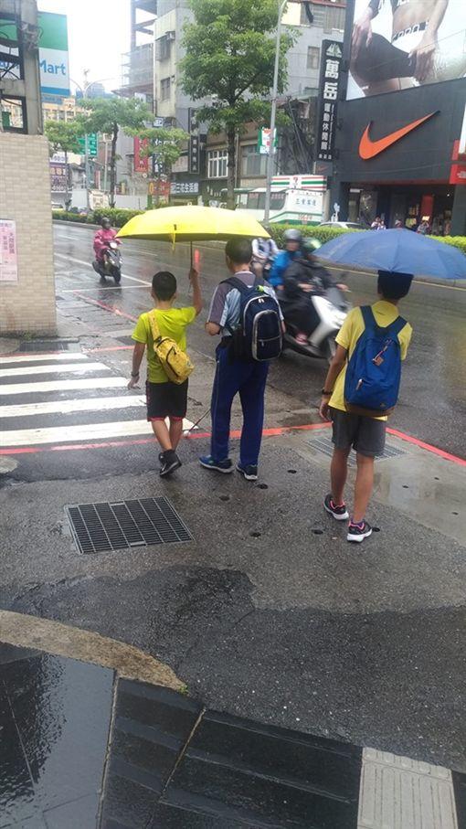新北市,新莊,盲人,撐傘,小朋友