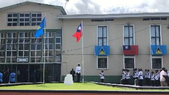 英訪聖國升旗「卡」!拆旗桿解除危機