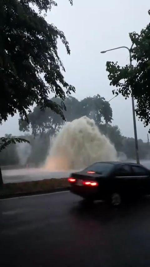 高雄,淹水,大坪頂,爆發,火山,人孔蓋,噴泉。翻攝自爆廢公社公開版