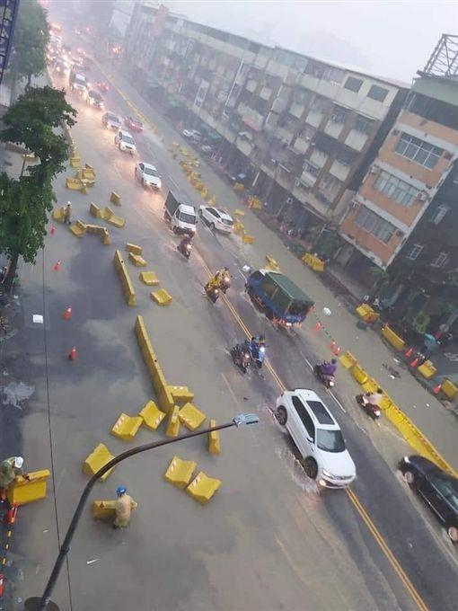 高雄市今(19)日下午的一場暴雨導致多處大淹水。(圖/翻攝自臉書Wecare高雄)