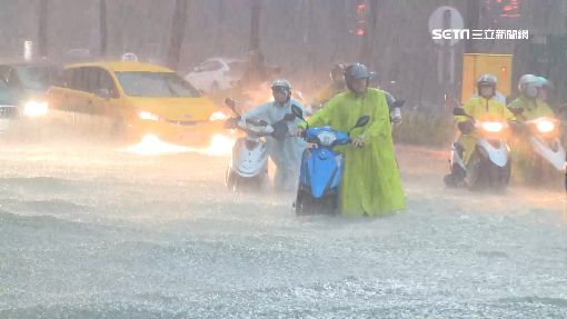高雄到處淹!愛河邊水淹及腰、澄清路多車拋錨