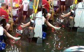 影/高雄泥水淹進公車!整排乘客狂抬腳…網酸:搭車附冷泉(圖/翻攝自《貓與邪佞的手指》臉書)